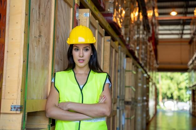 Trabalhadores de armazém de retrato, verificando mercadorias no conceito de armazém, atacado, logística, negócios, exportação e pessoas.