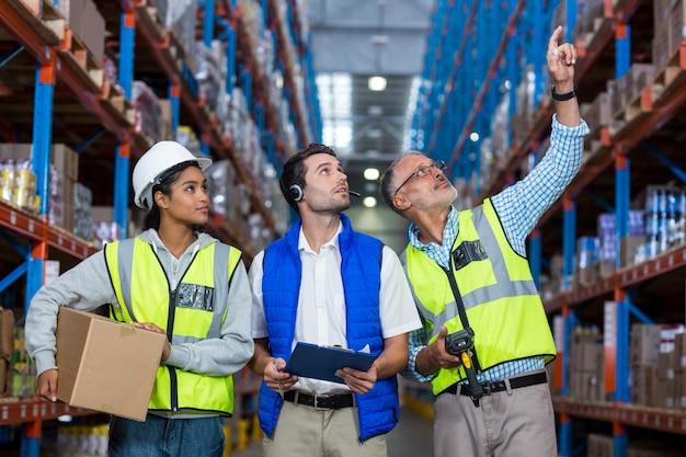Trabalhadores de armazém interagindo uns com os outros