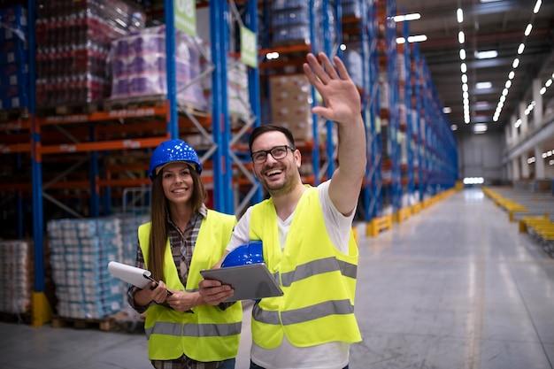 Trabalhadores de armazém organizando distribuição de produtos para o mercado
