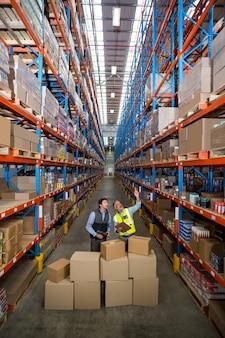 Trabalhadores de armazém, verificando o inventário