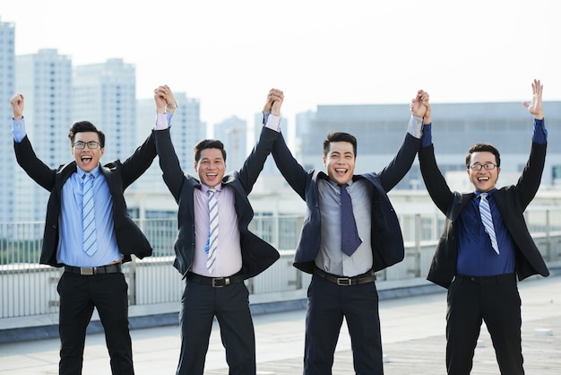 Trabalhadores de colarinho branco comemorando a conclusão do projeto