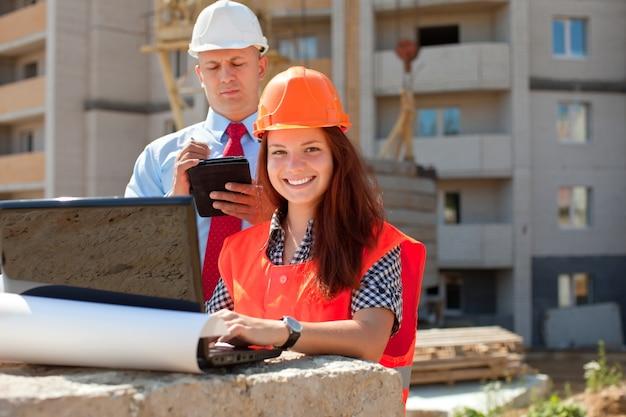 Trabalhadores de colarinho branco trabalham no local de construção