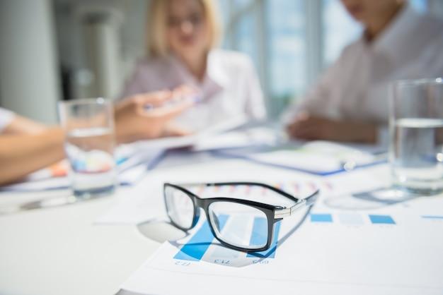 Trabalhadores de escritório confiante sentado à mesa no centro de negócios