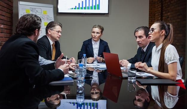 Trabalhadores de escritório em reunião