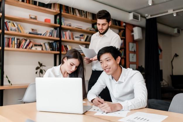 Trabalhadores de escritório fazendo projeto de negócios juntos