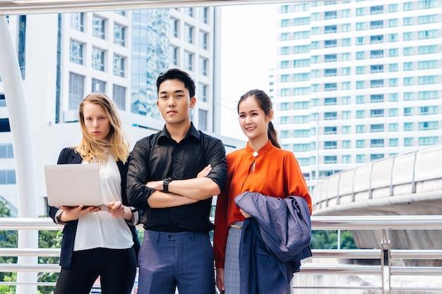 Trabalhadores de escritório, homens e mulheres, em pé com confiança