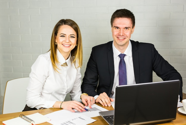 Trabalhadores de escritório masculino e feminino.