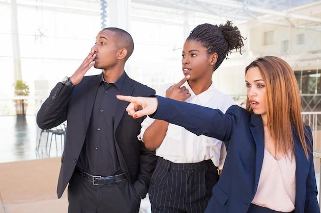 Trabalhadores de escritório surpreso assistindo cena chocante