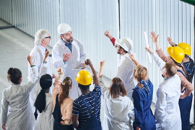Trabalhadores de fábrica irritados, reunião com gerência