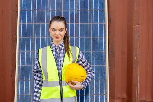 Trabalhadores de fábrica ou modelo de engenheiros em painel solar