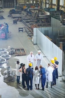 Trabalhadores de fábrica reunidos com a gerência