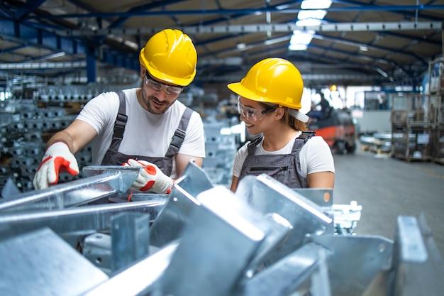 Trabalhadores de fábrica trabalhando na linha de produção