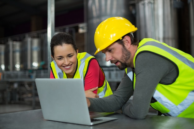Trabalhadores de fábrica usando tablet digital