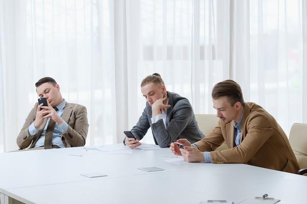 Trabalhadores de negócios ociosos sentados no escritório Foto Premium