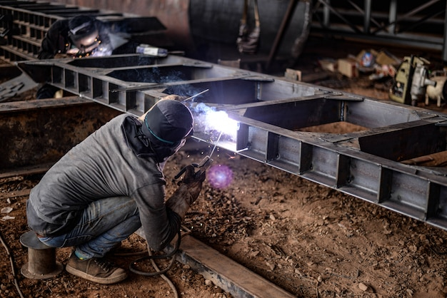 Trabalhadores de soldagem industrial fazem soldagem em uma fábrica