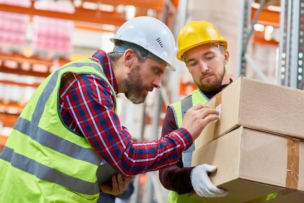 Trabalhadores de transporte no armazém