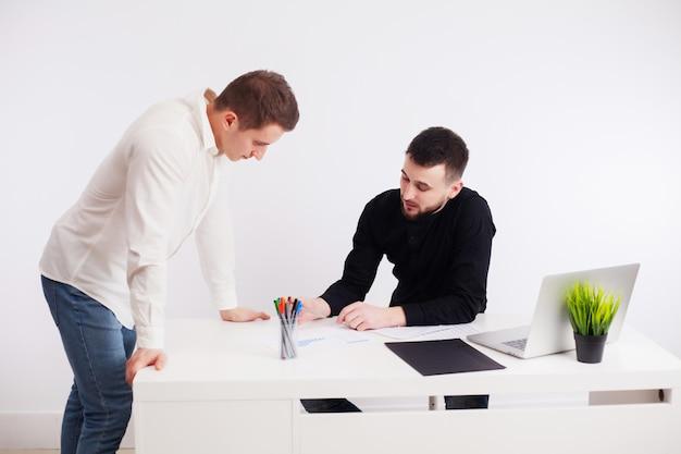 Trabalhadores discutindo no escritório da empresa trabalhando juntos