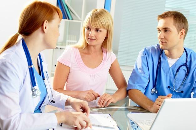 Trabalhadores em clínica médica