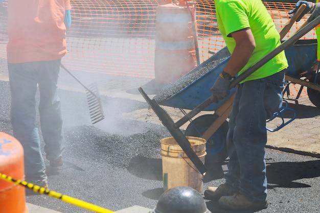 Trabalhadores em uma construção de estradas, indústria e trabalho em equipe
