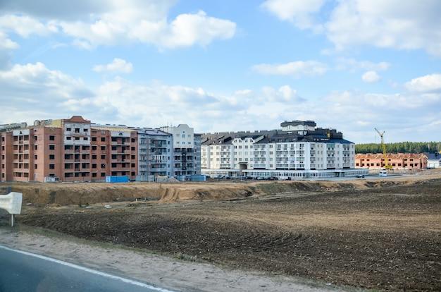 Trabalhadores ergueram um complexo residencial no campo.