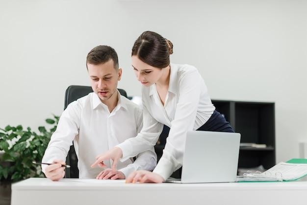 Trabalhadores escritório, assinando, documentos, junto