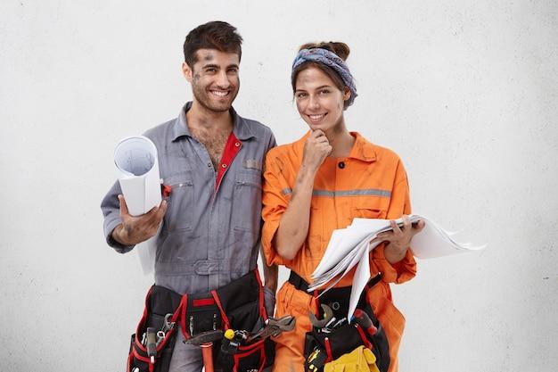 Trabalhadores femininos e masculinos vestindo roupas de trabalho