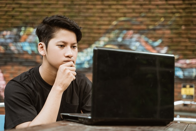 Trabalhadores freelancers usam seriamente laptops