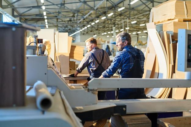 Trabalhadores industriais na loja de montagem