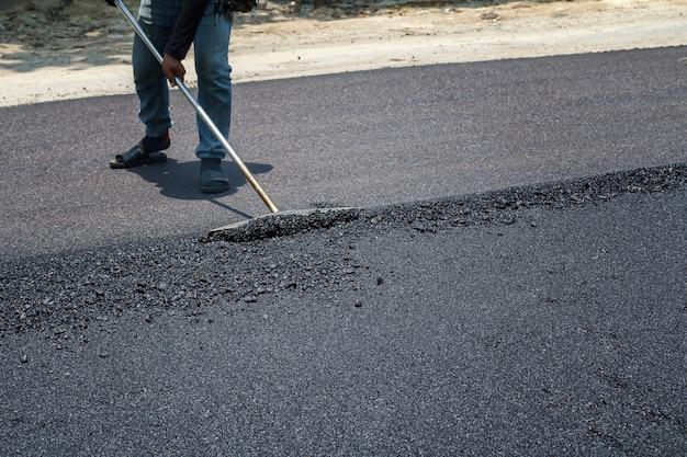 Trabalhadores, ligado, asphalting, paver, máquina, durante, estrada rua, reparar, trabalhos