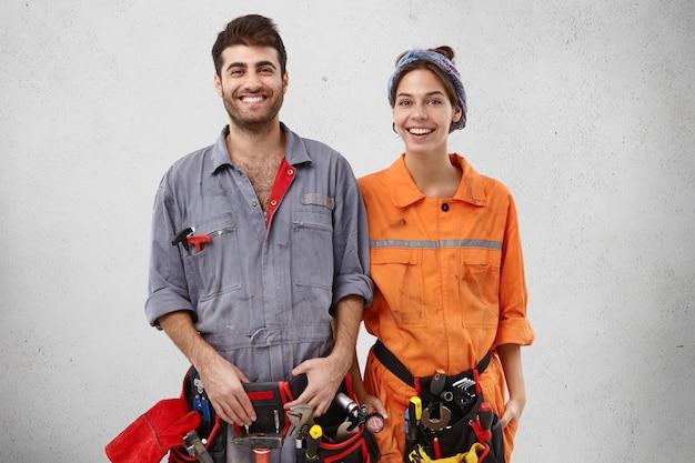 Trabalhadores masculinos e femininos vestindo roupas de trabalho