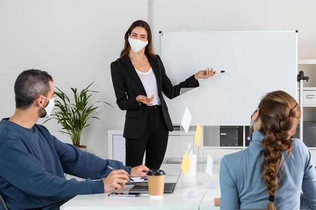 Trabalhadores medianos em reunião