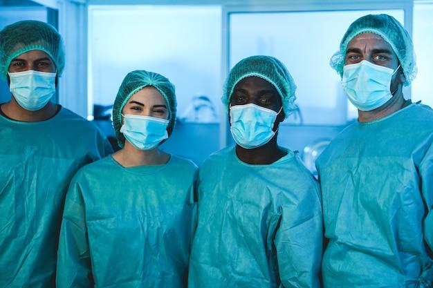 Trabalhadores médicos dentro do laboratório do hospital durante o surto de pandemia de coronavírus