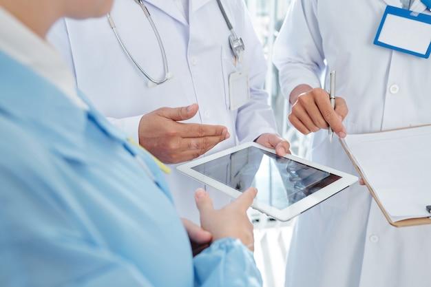 Trabalhadores médicos discutindo resultados de testes