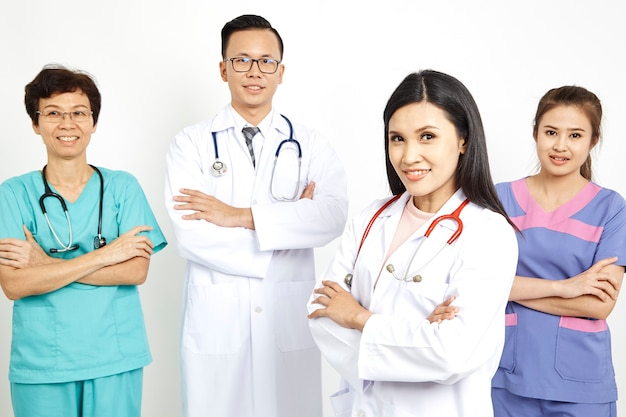 Trabalhadores médicos no fundo da parede