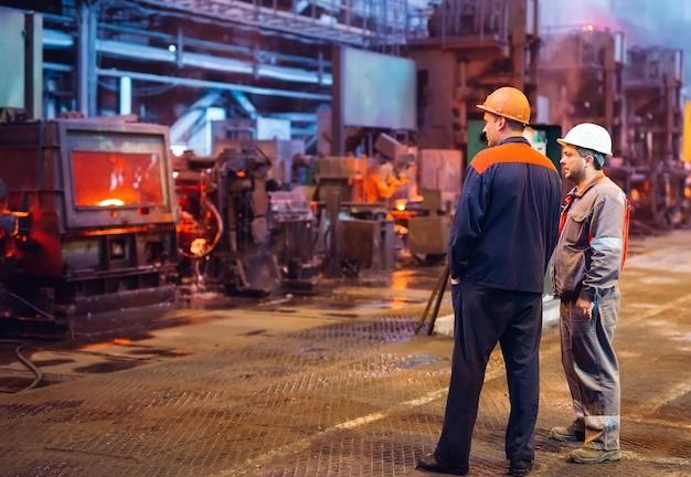 Trabalhadores na fábrica de aço.