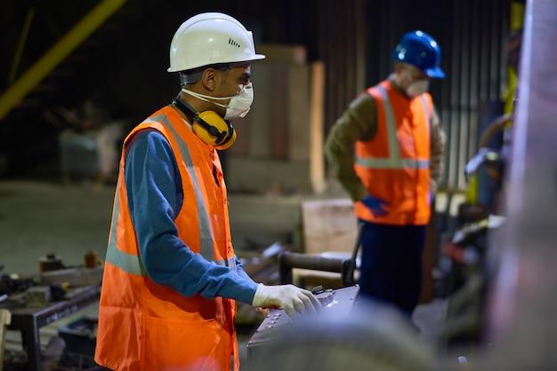 Trabalhadores na fábrica de metais