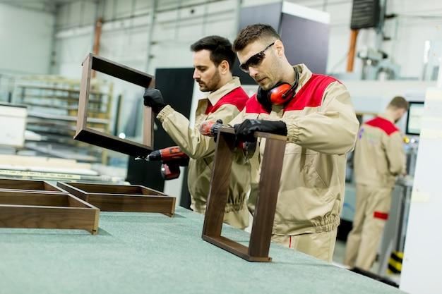 Trabalhadores na fábrica de móveis