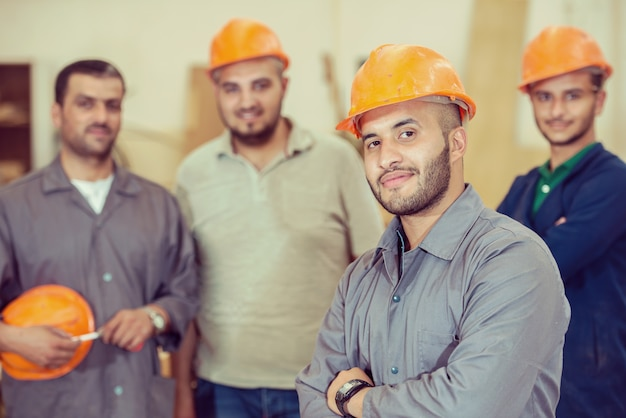 Trabalhadores na fábrica industrial