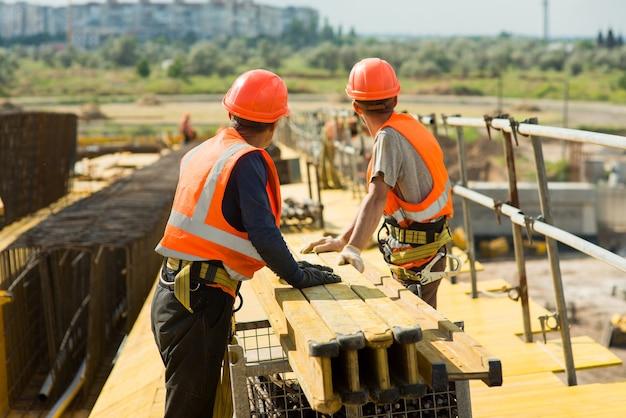 Trabalhadores no canteiro de obras de uma ponte de transporte