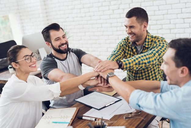 Trabalhadores novos em teambuilding no escritório moderno.