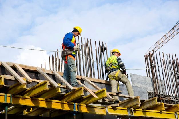 Trabalhadores que examinam o trabalho