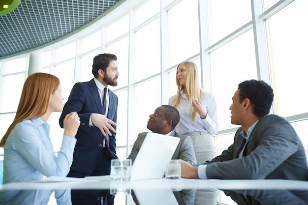 Trabalhadores que planeiam a estratégia de marketing