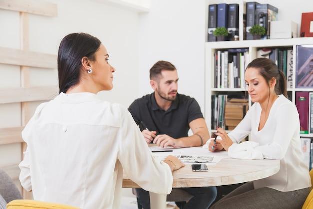 Trabalhadores que se comunicam na reunião
