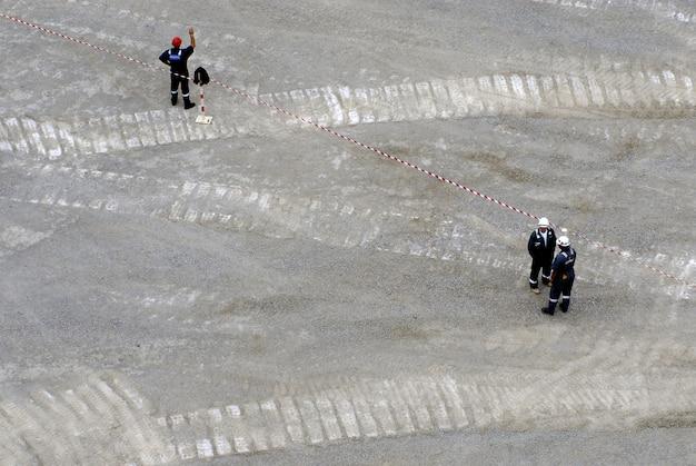 Trabalhadores que trabalham na área cinzenta da produção de petróleo