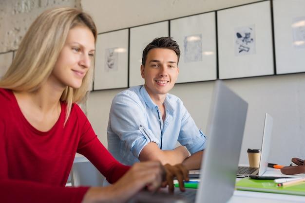 Trabalhadores remotos online, jovem e mulher trabalhando em um laptop em uma sala de escritório em parceria