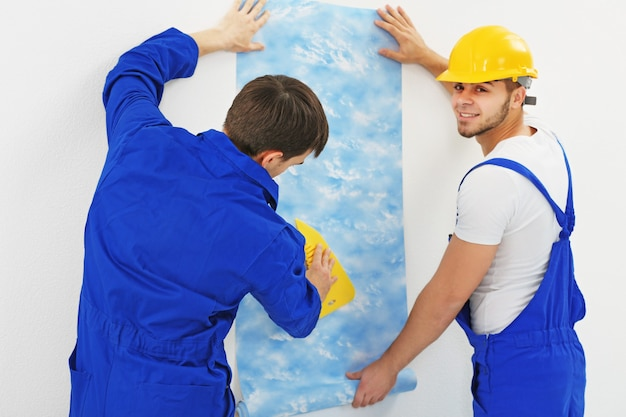 Trabalhadores renovando apartamento na parede