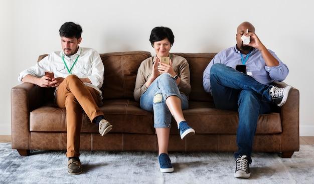 Trabalhadores sentado e trabalhando no celular
