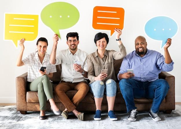 Trabalhadores sentado no sofá e segurando caixas de mensagem