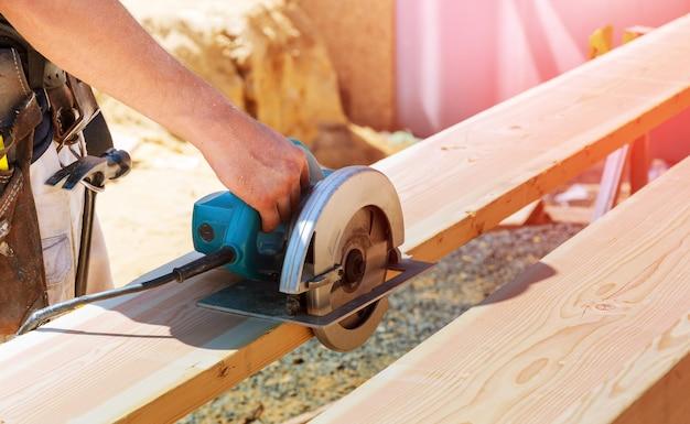 Trabalhadores, usando, corte chainsaw, e, serrando, construção industrial, feixe madeira, fatiar, madeira