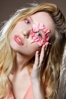 Trabalhando com fotógrafo. mulher de olhos azuis e óculos de sol rosa trabalhando com um fotógrafo mostrando poses
